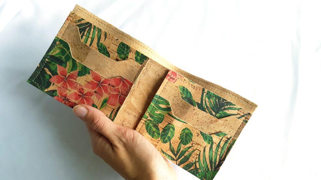 Porte feuille liège fleurs tropicales ouvert avec main